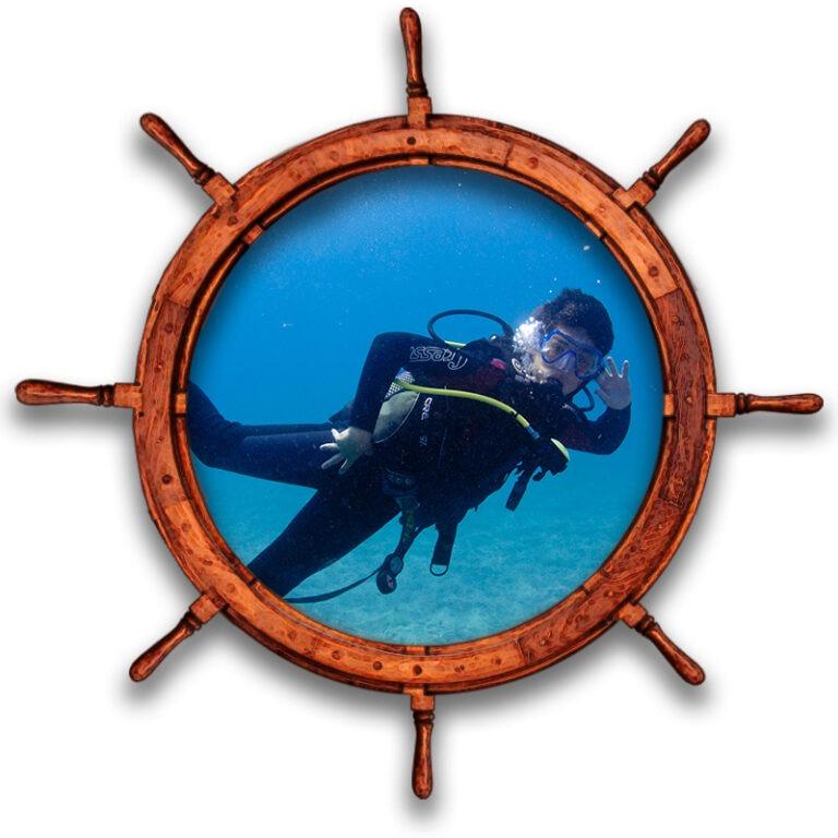 Buceador posando para fotografía submarina en centro de buceo Tenerife Sur Las Galletas