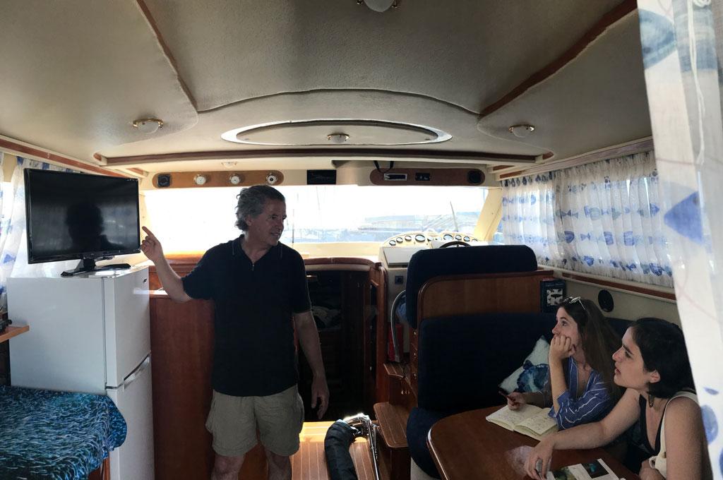 Briefing en salon de barco yate de centro de buceo en Tenerife Sur Las Galletas y La Gomera