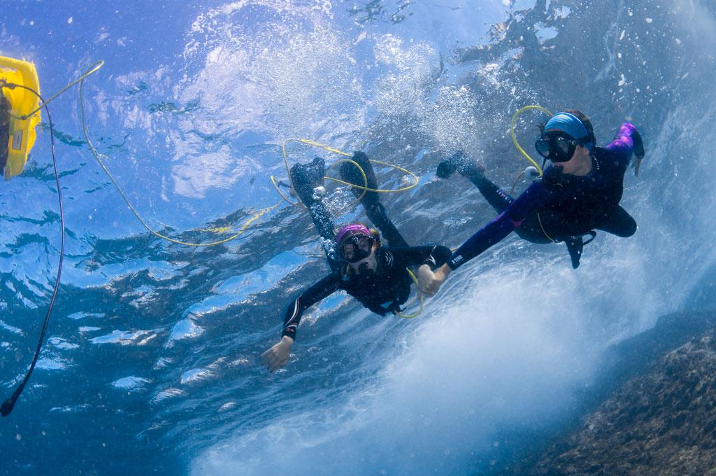 Chicas de la mano con el sistema Peter Diving de iniciacion al buceo sin botella en Tenerife Sur
