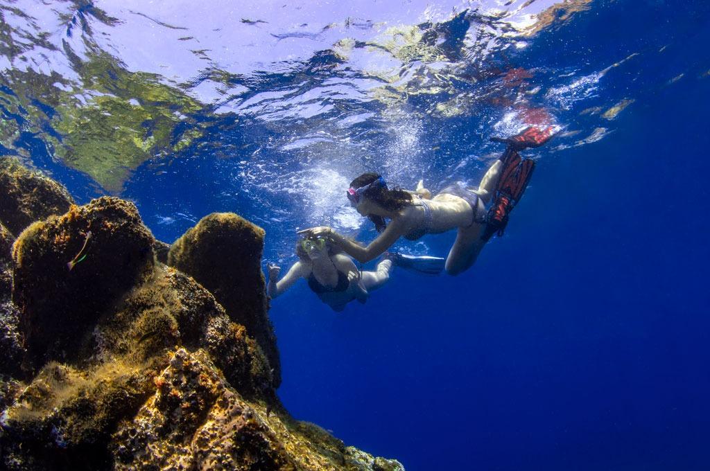 Chicas practicando snorkel desde barco yate en Tenerife Sur Las Galletas y La Gomera