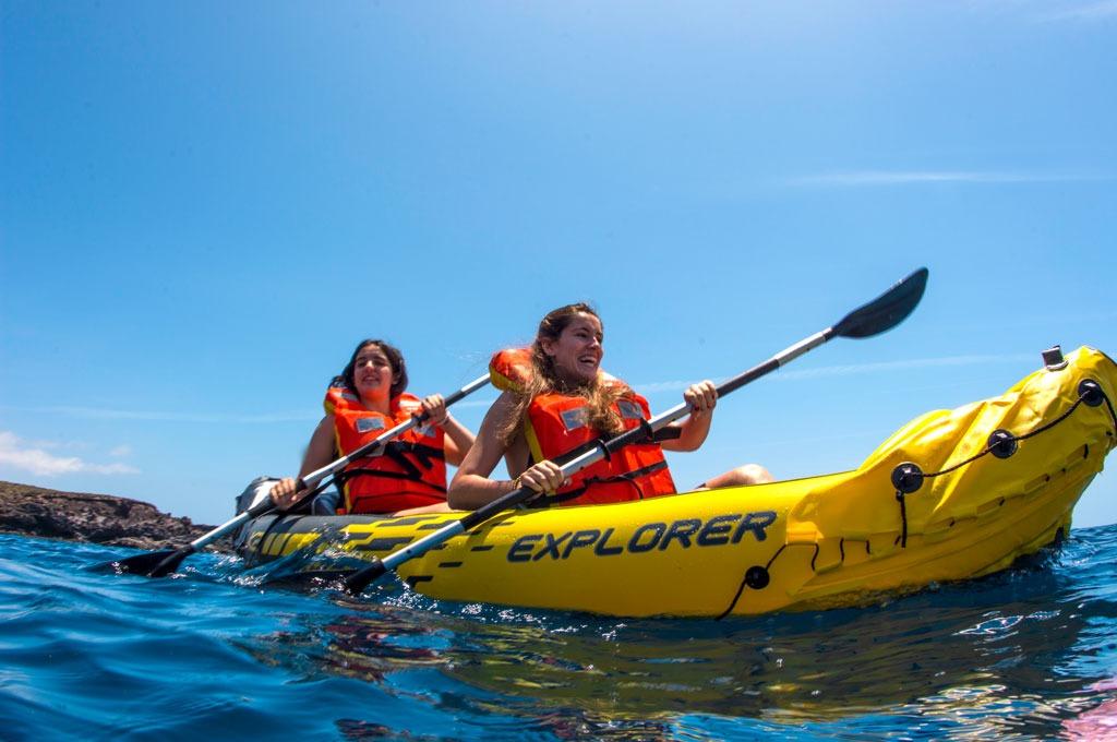 Actividades nauticas de chicas en kayak hinchable en Tenerife Sur Las Galletas y La Gomera