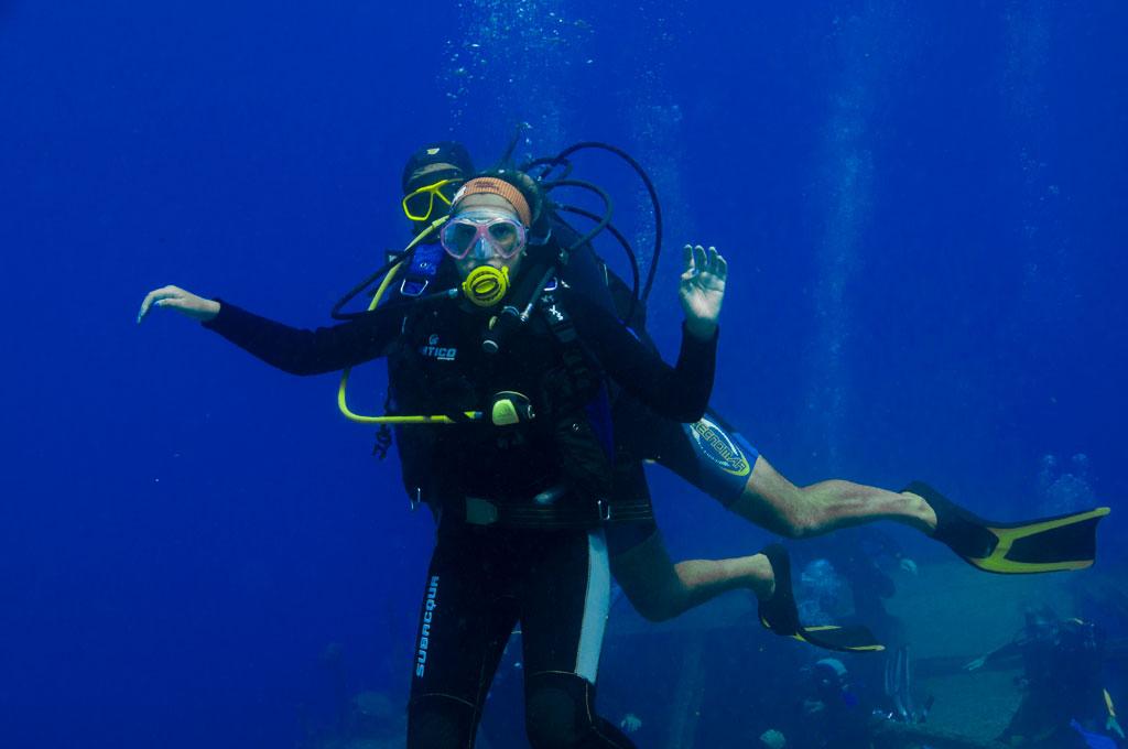 Bautismo de buceo con instructor y chica en Tenerife Sur Las Galletas y La Gomera