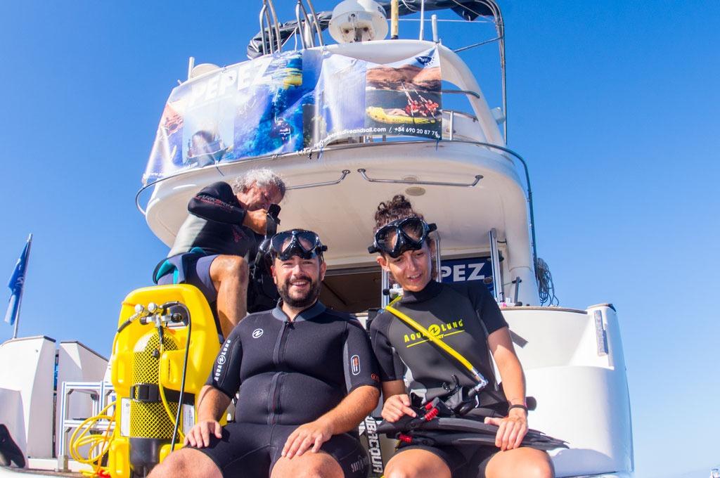 Fotografia de dos buceadores en un yate a punto de saltar al agua en Tenerife Sur Las Galletas