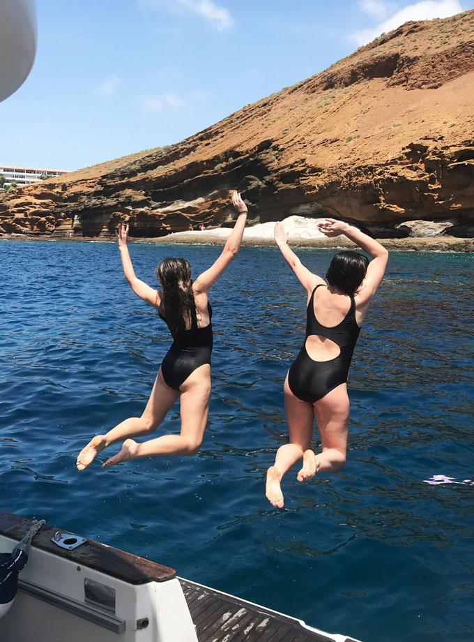 Actividades si no buceas en barco yate Tenerife Sur a La Gomera - Dos chicas saltando al agua