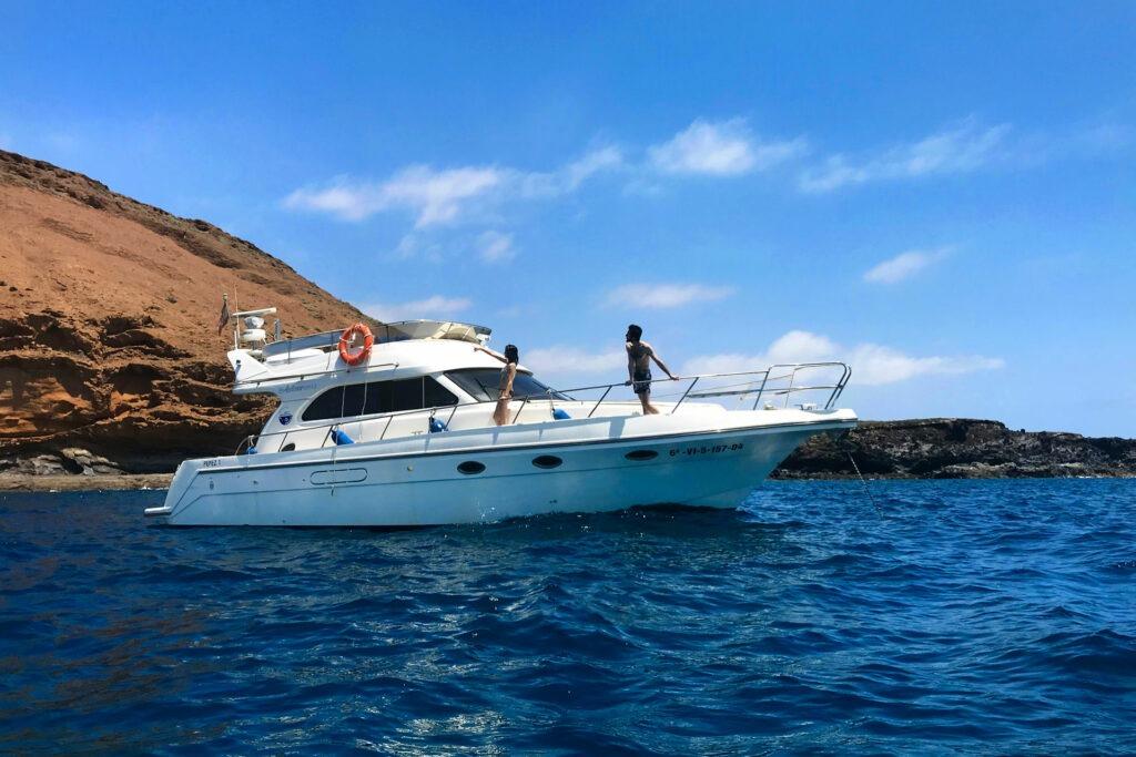 Chicos en Montaña Amarilla desde barco yate de buceo en Tenerife Sur Las Galletas
