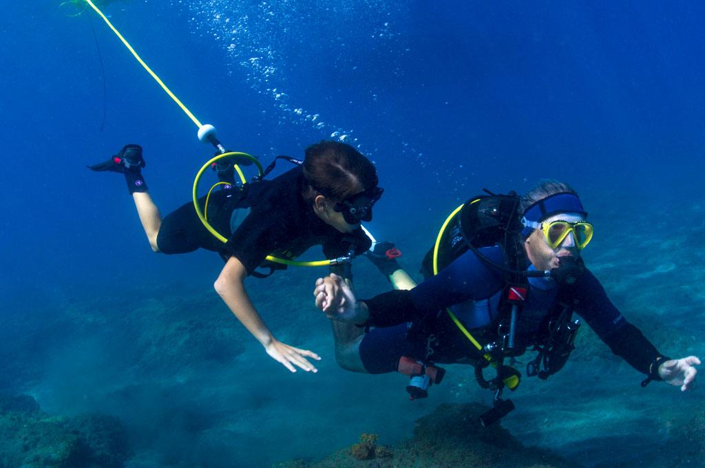 Niño con guia practicando sistema Peter Diving - Iniciacion al buceo en Tenerife Sur Las Galletas