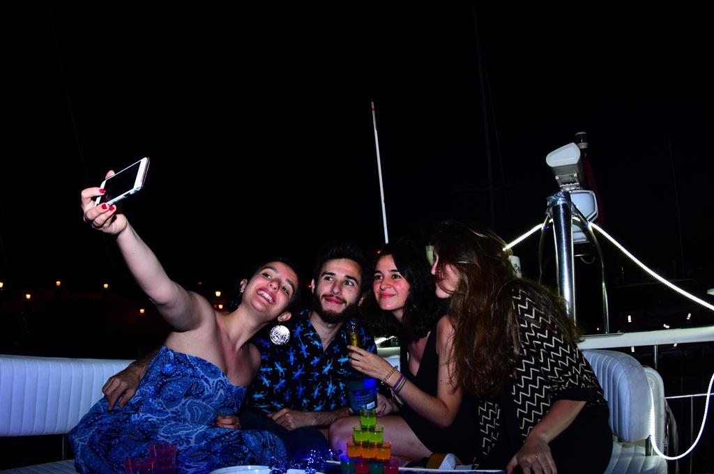Reunion privada de amigos y empresa en barco yate desde Tenerife Sur Las Galletas y La Gomera